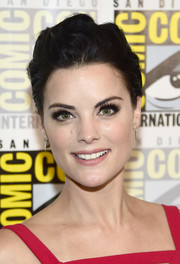 Jaimie Alexander wore a mildly messy 'do during Comic-Con International 2016.