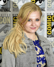 Abigail Breslin was equal parts sweet and edgy wearing this messy side-swept ponytail during Comic-Con International 2016.