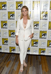 Cheryl Hines chose a fitted white pantsuit for Comic-Con International 2016.