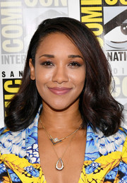 Candice Patton wore her hair down to her shoulders in a bouncy wavy style at the Comic-Con press line for 'The Flash.'