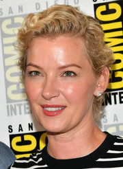 Gretchen Mol attended Comic-Con International 2018 wearing this short curly 'do.
