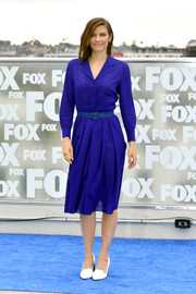 Lauren Cohan brought a lovely pop of color to the Comic-Con International 2018 photocall for 'The Walking Dead' with this purple shirtdress by Akris.