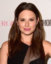 Katie Lowes sported a casual center-parted 'do with barely-there waves during Cosmopolitan's 50th birthday celebration.