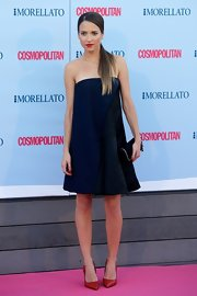 Ana wore a loose-fitting navy strapless dress at the 'Cosmopolitan' Fragrance Awards.