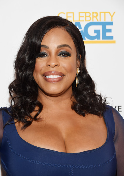 Niecy Nash wore her hair down to her shoulders in a sweet curly style at the 2018 Television Industry Advocacy Awards.