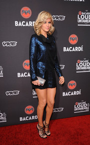 Jenny McCarthy added more shine to her outfit with a metallic silver clutch.