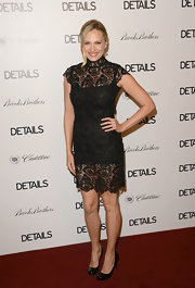 Vinessa looked classic in this lacy LBD at the Hollywood Mavericks party.