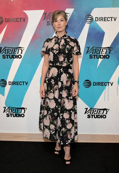 Rosamund Pike paired her lovely dress with black peep-toe heels.