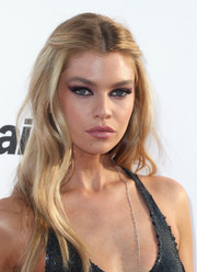 Stella Maxwell went for some boho charm with this half-up wavy 'do at the Fashion Los Angeles Awards.