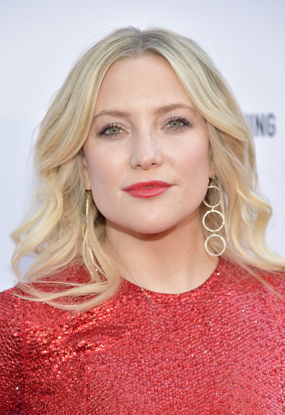 Kate Hudson amped up the razzle-dazzle with a pair of triple-hoop diamond earrings by Jennifer Meyer.