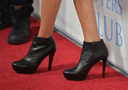 Lisa Rinna sealed off her red carpet look with a pair of zip-up black ankle boots.