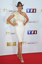 Brenda Strong's white dress featured a ruffled shoulder strap for a soft and romantic touch.