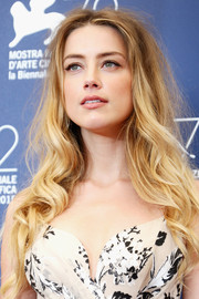 Amber Heard left her hair down with tousled waves when she attended the Venice Film Fest photocall for 'The Danish Girl.'
