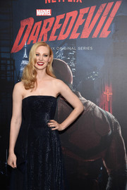 Deborah Ann Woll matched a navy satin envelope clutch by Tyler Alexandra with an elegant strapless dress for the 'Daredevil' season 2 premiere.