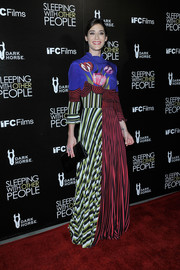 Lizzy Caplan was a graphic explosion on the red carpet in this bold mixed-print maxi dress by Mary Katrantzou.