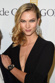 Karlie Kloss paired her romantic hairstyle with a breathtaking pair of dangling diamond earrings.