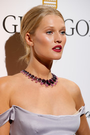 Toni Garrn styled her hair into a casual chignon for the De Grisogono Love on the Rocks party.