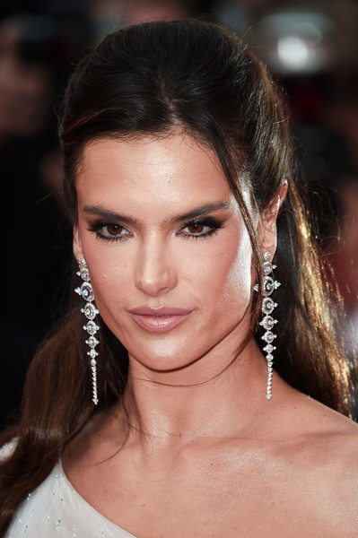 Alessandra Ambrosio looked youthful and pretty wearing this half-up hairstyle at the 2019 Cannes Film Festival opening ceremony.