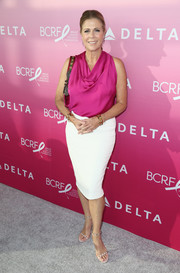 Rita Wilson paired her top with a simple white pencil skirt.