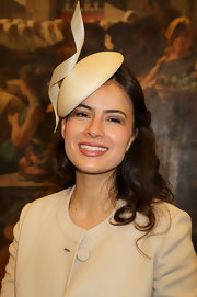 Sophie Winkleman dressed like a royalty with this cream decorative hat.