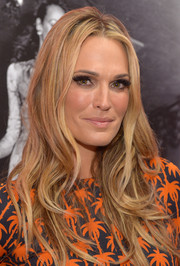 Molly Sims looked ravishing at the Journey of a Dress exhibition opening with her long, sexy waves.