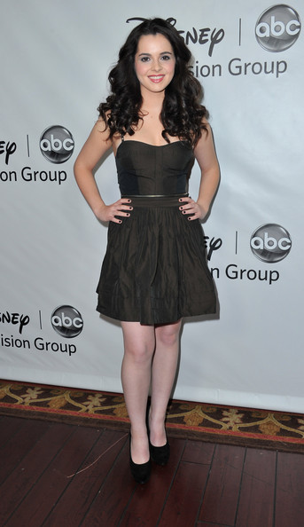 Vanessa paired her look with classic black pumps.