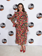 Elizabeth Henstridge paired her dress with scarlet pumps.