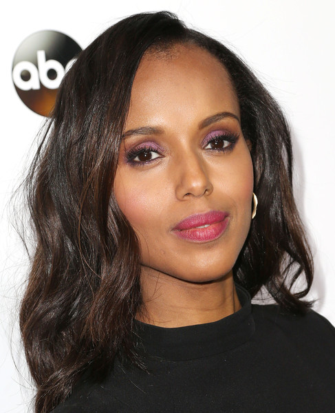 For her beauty look, Kerry Washington totally embraced color, sporting amethyst lids along with pink lips.