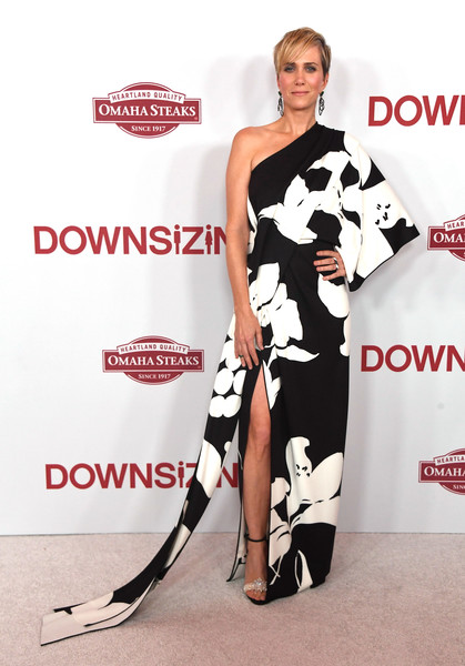 Kristen Wiig was fab at the Los Angeles special screening of 'Downsizing' in a black-and-white Marc Jacobs one-shoulder gown that looked like a modernized kimono!