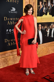 For her bag, Elizabeth McGovern chose a black velvet envelope clutch by Tyler Ellis.