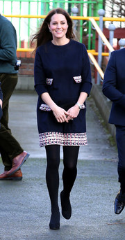 Kate Middleton teamed her dress with black accessories, including a pair of opaque tights.