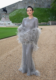 A gray feather stole added more drama to an already fab gown.