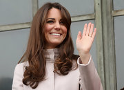 Kate offset her signature bouncy curls with gorgeous sweeping side-bangs.
