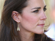 Kate Middleton chose a pair of dangling leaf earrings for her visit to Ayers Rock.