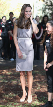 Kate Middleton opted for simple styling with this short-sleeve gray dress during her visit to Ayers Rock.