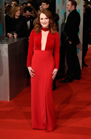 Julianna Moore arrived at the 2015 British Academy Film Awards in a stunning red gown with a deep plunge.