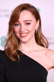 Phoebe Dyvenor wore her hair in a wavy style with side-swept bangs at the 2021 BAFTAs.