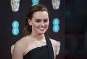 Daisy Ridley sported shoulder-length waves with the top brushed back and the sides tucked behind her ears when she attended the 2017 BAFTAs.