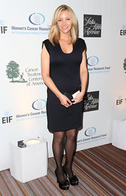 Lisa Kudrow chose a navy shift dress for her classic evening look at charity event.