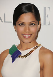 Freida Pinto looked exquisite at the 'Elle' 18th Annual Women in Hollywood Tribute. She brightened her brown eyes with silvery metallic shades of eyeshadow.