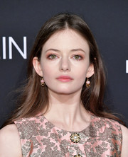 Mackenzie Foy kept it casual with this loose center-parted hairstyle at the 2018 Elle Women in Hollywood celebration.