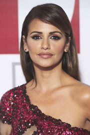 Monica Cruz wore her hair loose and straight with a deep side part at the Elle 30th anniversary party.
