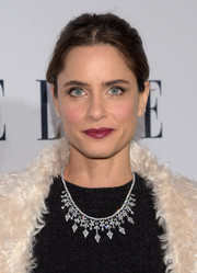 Amanda Peet's diamond chandelier necklace added major glamour to her look.