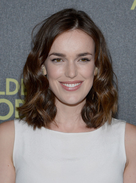 Elizabeth Henstridge Medium Wavy Cut