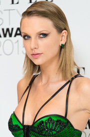 Taylor Swift finished off her look with a subtle cat eye.