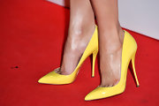 Alicia Vikander's yellow pumps added some fun and flavor to her look at the Elle Style Awards.
