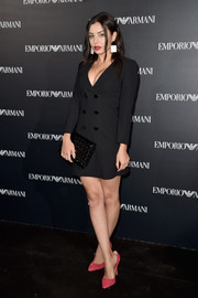 Charli XCX tied her look together with a textured black patent clutch by Emporio Armani.