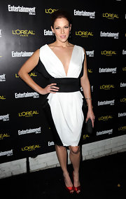 Amanda opted for a color-block black and white cocktail dress at the Pre-Screen Actors Guild Awards.