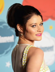 Emilie pulled back her dark brown locks into a retro-inspired ponytail at the EW Comic-Con celebration.