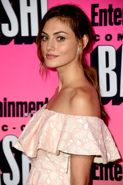 Phoebe Tonkin attended the Entertainment Weekly Comic-Con party wearing a loose, low ponytail.